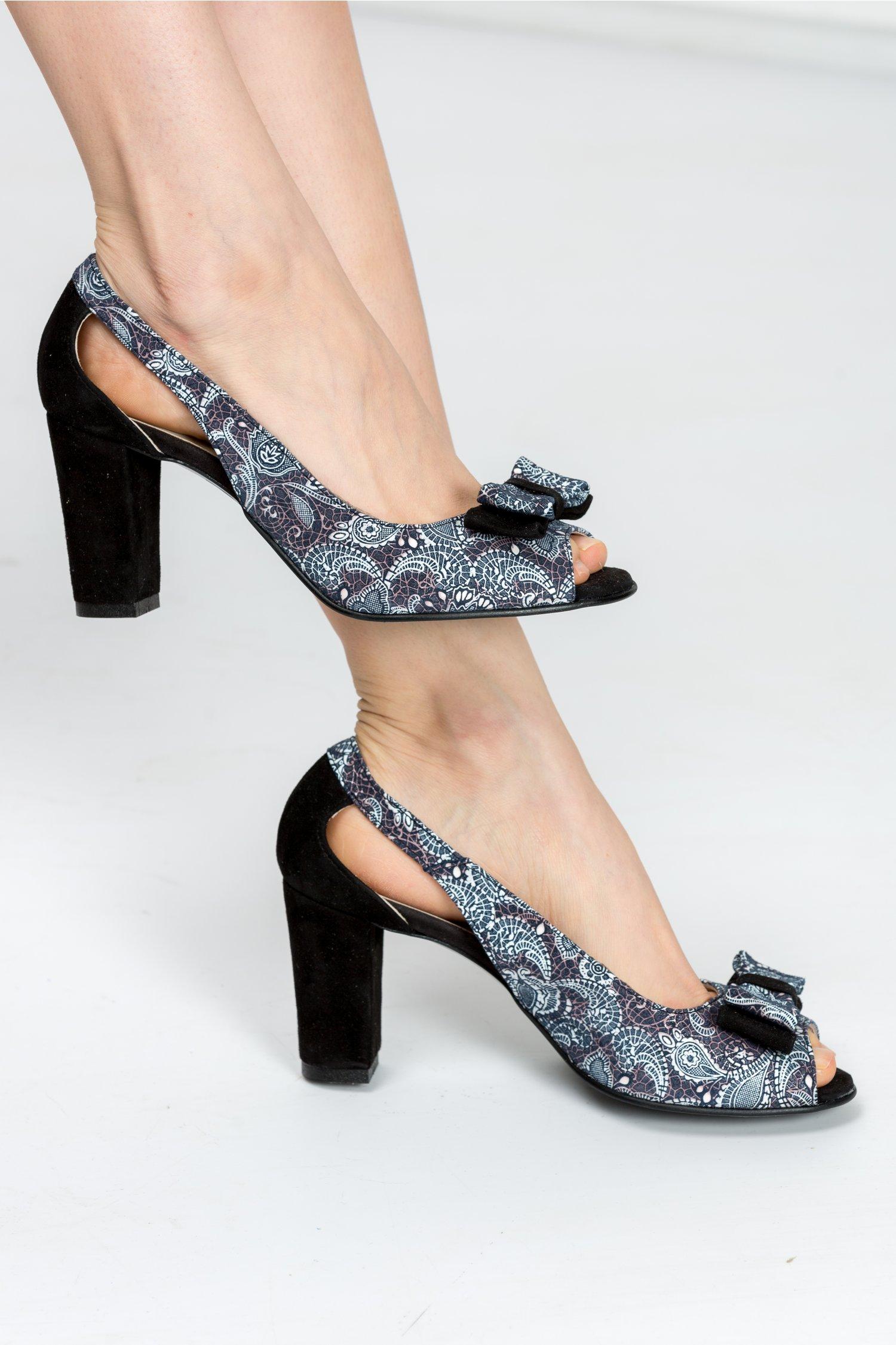 Pantofi Ester negri cu imprimeuri si decupaje, colectia 2018