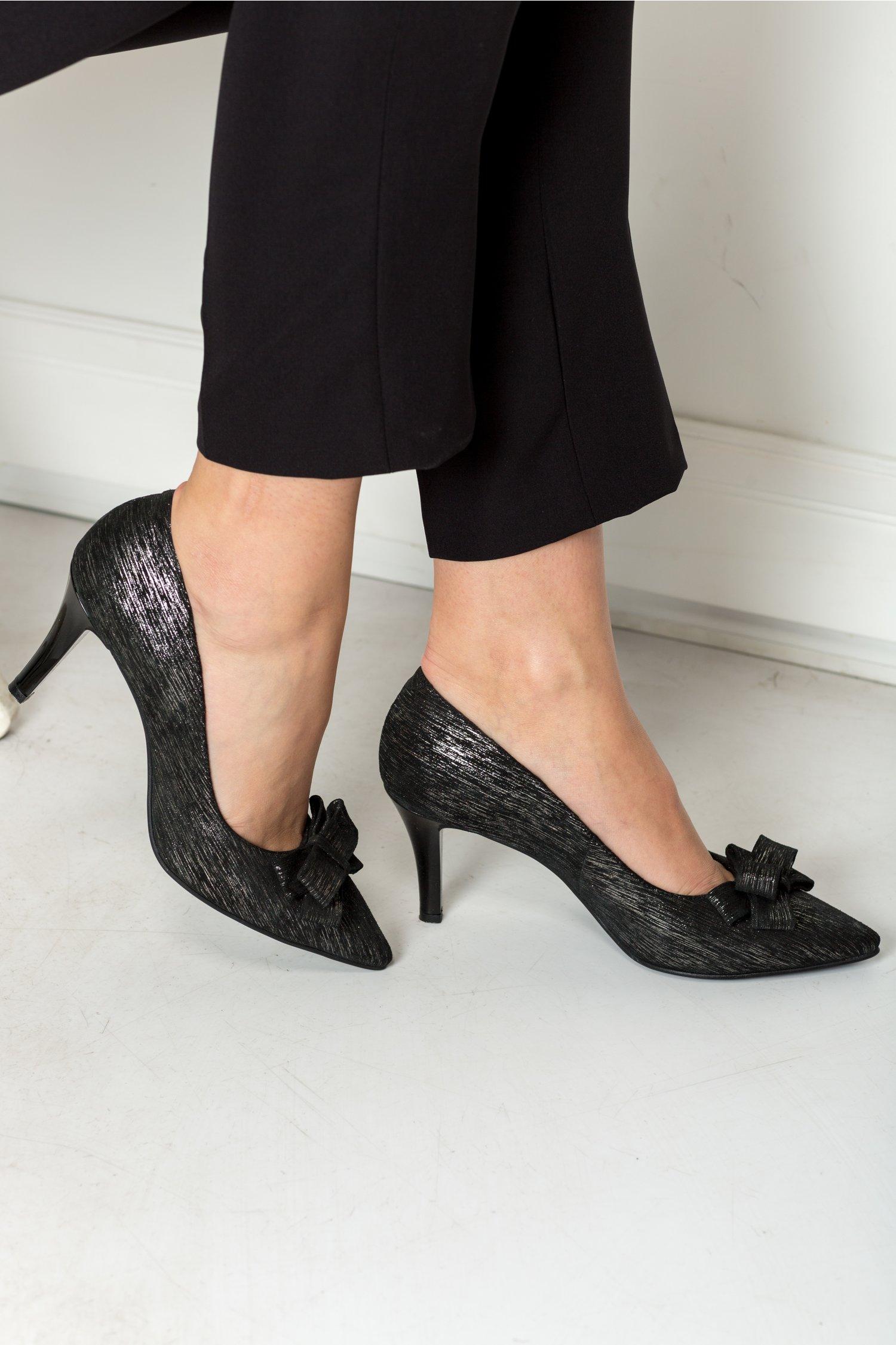 Pantofi stiletto negri cu funda si insertii aurii, colectia 2018